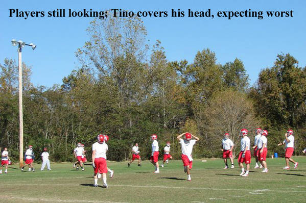 6_redu_Everbody_s_looking_for_the_ball_Tino_protects_his_head_copy